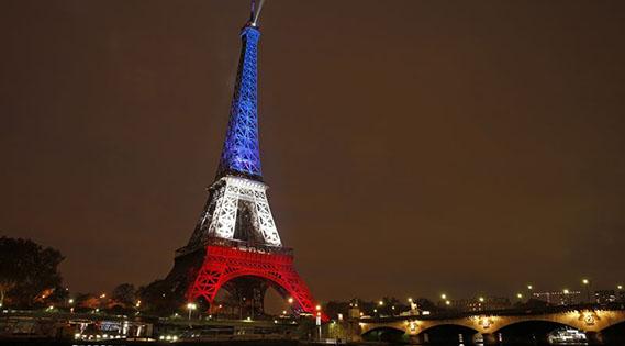 La Torre Eiffel se ilumina con los colores de la bandera de Francia en homenaje a las víctimas de los atentados del 13 de noviembre.
